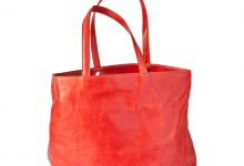Grand sac cabas rouge en cuir souple.
