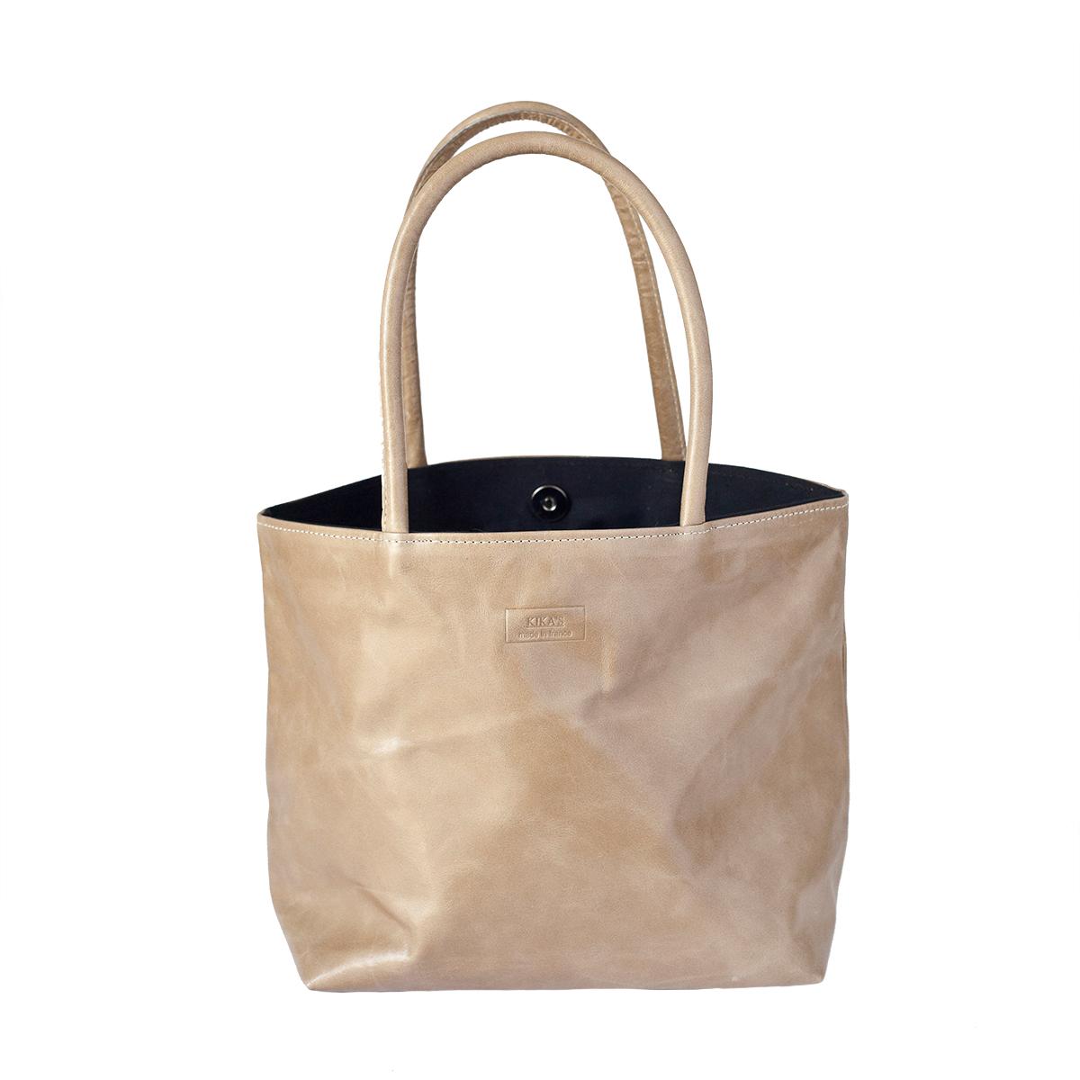 Petit sac fourre-tout beige en cuir souple.